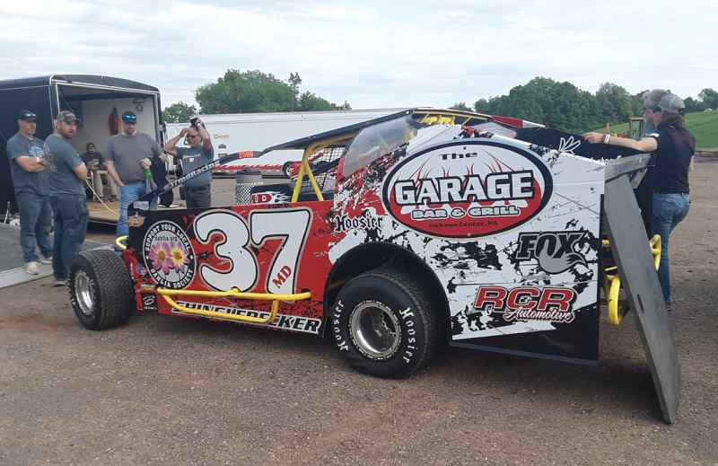 The 37MD crew getting the 37MD Modified ready to rock-n-roll at Lernerville.